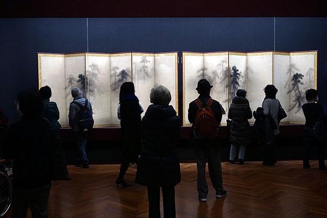 松林図屏風に佇む人たち