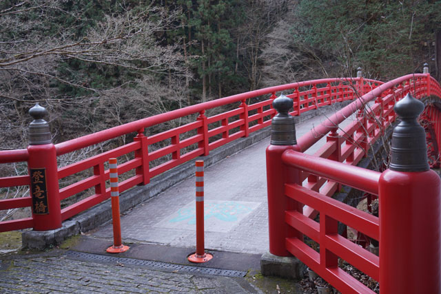 あたりの緑に朱塗りの橋が映えます