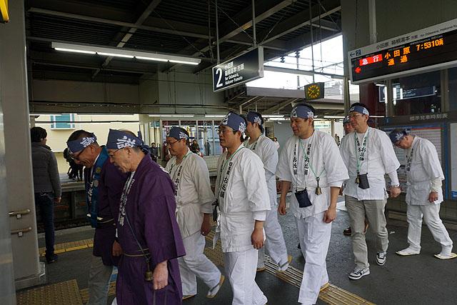 「懺悔懺悔六根清浄」掛け声とともに駅の階段を登っていきました