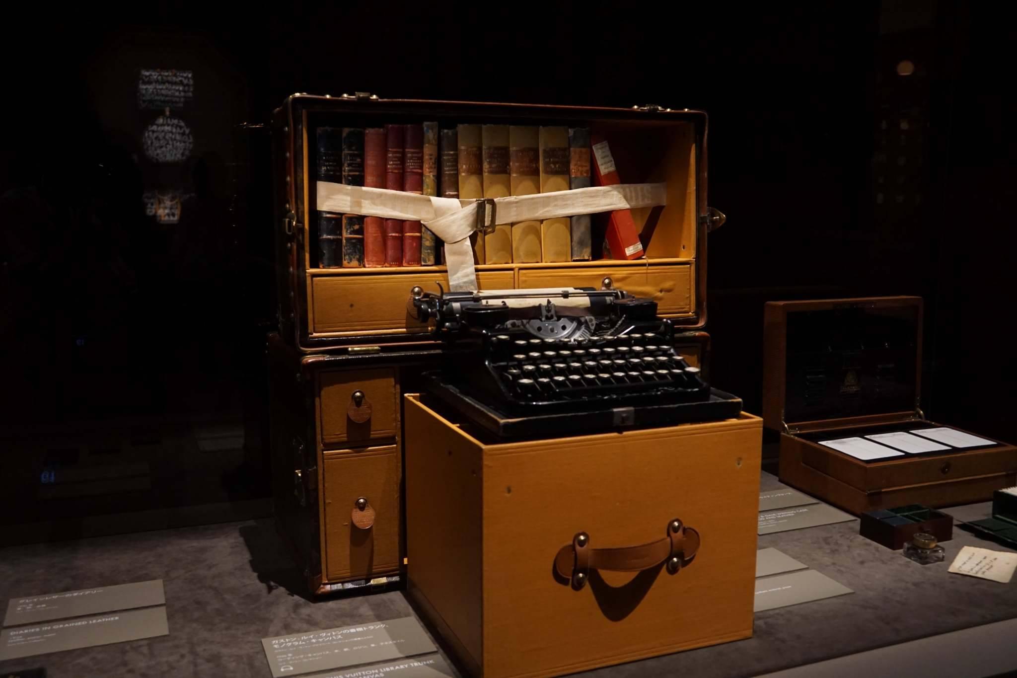 作家用トランク。タイプライターと蔵書が入ります。